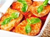 Рецепта Вкусни пилешки пържоли от гърди (филе) панирани в яйца и галета печени на фурна с доматен сос и сиренца (моцарела, пармезан)